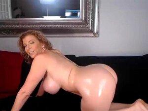 Zwei vollbusige blonde MILFs in Kleidern bringen sich gegenseitig zum Abspritzen